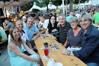 Marc Andrae (rechts) und Diana West (Bildmitte) am Tisch mit Vzbgm. Manfred Komericky und Festbesuchern.