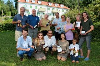 """Die """"wilden Schwestern"""" (vorne) mit den Produzenten aus der Region auf dem """"Sommer-Genussfest"""" in Bad Gleichenberg."""