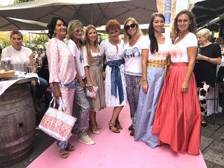 Theresa Schöffel mit ihren Models, alles Stammgäste und Freunde des Café Elefant.