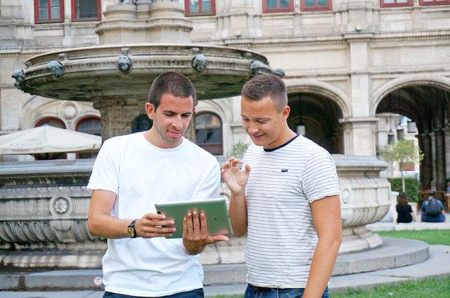 Atilla Gümüssuyu und Nicolas Molcik arbeiten weiter an der Verbesserung der Gebärdensprache-Plattform. (v.l.)