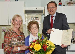 Bürgermeister Matthias Stadler besuchte Hedwig Böhm und ihre Tocher Gertrude Döllinger und gratulierte zum 102. Geburtstag.