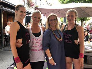 Beatrix Drennig und Dance Art Leibnitz Studioleiterin Christine mit den Mädels nach der Vorführung.