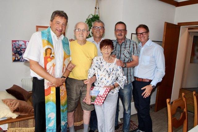 seit 70 jahren verheiratet annemarie und franz thaller mit ihren sohnen gunther und georg sowie