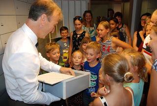 Raiffeisenbank- Regionalleiter Rudolf Hager mit der Kindergruppe