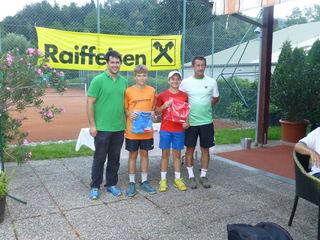 Finalisten im Jugend-Bewerb v.l.: Turnierleiter Andreas Wagner, Thomas Käfer, Tobias Peer, Turnierleiter Gernot Peer