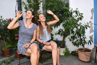 "Sandra Falkner (l.) und Claudia Bergero mit ihrem ""Alpengummi""."