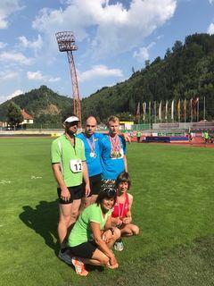 Glänzen mit ihren Medaillen in Kapfenberg: (hi.v.li.) Seppi Lackner, Markus Oberwinkler, Kevin Kohlweiss, (vo.v.li.) Heidi Semmler und Rita Wallensteiner