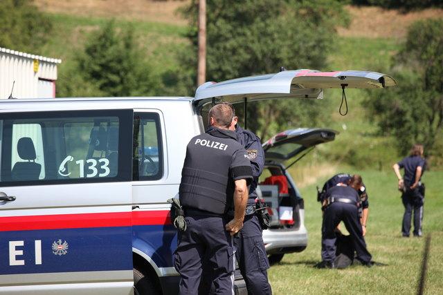 Anziehen der kugelsicheren Westen. Großaufgebot der Polizei in Grafenbach.