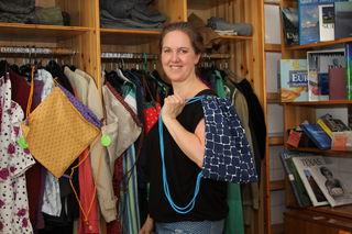 """Eva Bertalan vom Nachbarschaftszentrum im Hilfswerk-Shop """"zweit.hand"""" mit einem der """"Hipster-Sackerl""""."""