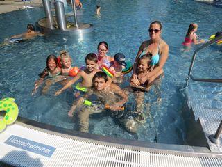 Jasmin und Michaela kommen mit ihren sieben Kindern regelmäßig ins Bad.