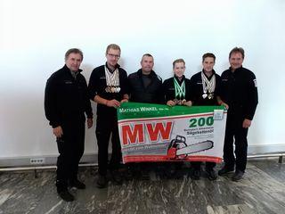 Die erfolgreichen Forstwettkämpfer aus Kärnten werden von Mathias Winkel mit Schmierstoffen, Kraftstoffen und Sprays ausgestattet.