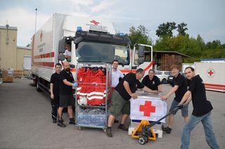 Mitarbeiter der Logistikeinheit Linz beim Verladen der Feldambulanz.