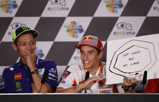 Valentino Rossi schmunzelt über Marc Marquez und seine Strecke. Foto: GEPA pictures/Pranter
