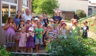 Die Kinder bekamen vom Dorfer Ortschef Karl Einböck (3. v. l.) ein Eis spendiert.