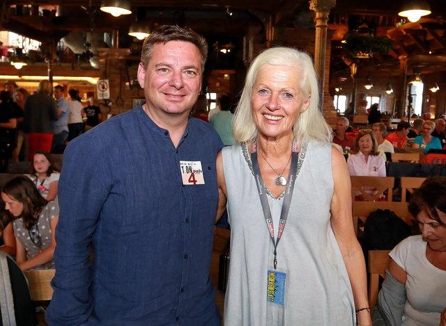 Kornel Grundner (GF Leoganger Bergbahnen) mit Anni Haitzmann (Tonspuren Organisatorin).