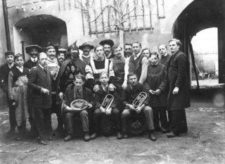 """Theater wird im letzten Kriegsjahr und danach gespielt – wie beim Burschenverein Waizenkirchen, """"Der Teufelsschmied"""", Bild von 1919."""