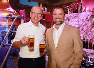 Sepp Altenberger (Asitz Bräu Chef) mit Schauspieler Jürgen Maurer (Erzähler).