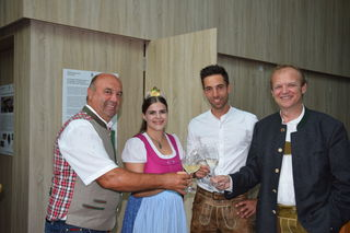 Ein Hoch auf den neuen Jahrgang: Bgm. Johann Hammer, Katja I., Gabriel Oswald und Robert Dirnböck.
