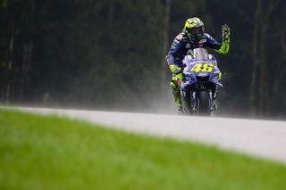 Valentino Rossi wird von seiner Yamaha im Regen stehen gelassen. Foto: GEPA pictures/Klansek
