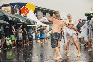 Die Fans machen das Beste aus dem Wetter. Foto: RB/Heschl