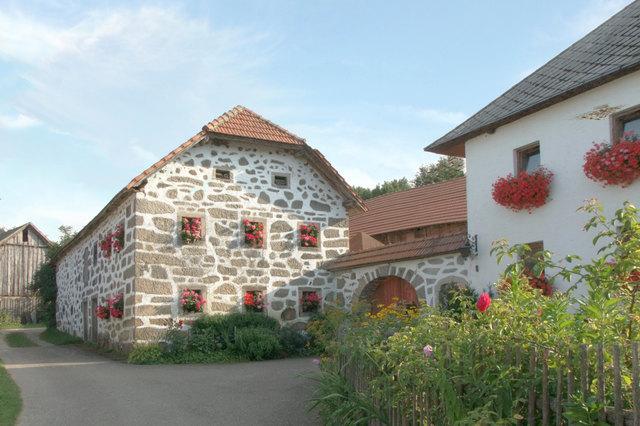 Bloßstein Bauernhof mit prächtigen Blumenschmuck