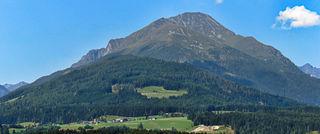 """Der Lungau ist großteils reich an Bergen und engen Seitentälern wo der Wind durchpfeift wie wenn es ein Mankei (Murmeltier) wäre. Dabei ist der Weißpriacher-Wind, der Wind aus dem Zederhausertal und der Muhr bekannt. Dem Wind aus der Muhr ist auch eine Textzeile im Lied: """"Aufn Tauern tuats schauern"""" gewidmet wo es heißt: """"...in der Muhr geht der Wind..."""". Die Bergbauern wie dort zu sehen bei Vorder- und Hinterlasa spüren den Südföhn am ehesten, dafür ist es schön sonnig. Im Hintergrund der Gumma 2315 m."""