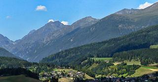 Hier zeigt sich das Dorf Haslach auf der Anhöhe, darunter erkenntlich einige Häuser des Dorfes Wölting bei Tamsweg. Der Blick geht hinein ins Lessachtal.