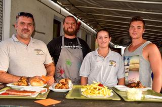 Servierten das Essen: Eric Oedendorfer, Bernhard Sailer, Tina Lechner und Florian Ruprechtshofer.
