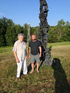 Peter Pilz und Karl Karner vor einer Aluminiumstele