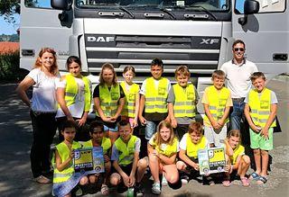 Kinder der Volksschule Güssing lernten über die Bedeutung des Lkw und durften auch einen von innen besichtigen.