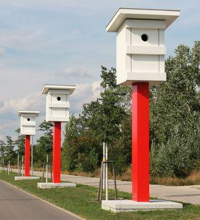 """Neue Radarkästen dache ich zuerst, jedoch handelt es sich hier um ein Kunstprojekt mit dem Titel """"Warten auf Vögel"""". https://www.aspern-seestadt.at/city-news/kunstprojekt_warten_auf_voegel"""