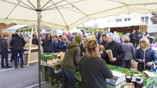 Auch bei Schlechtwetter und frostigen Temperaturen ist der Bauernmarkt in Pucking gut besucht.