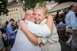 Ganz fest wird am Geburtstag gedrückt. Franz Gensbichler und Stefanie Reinsperger.