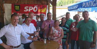 Die Bürgermeister Reinhard Mund, Helmut Sampt und Fabio Halb sowie LAbg. Ewald Schnecker mit einigen Gästen bei der Weinkost.