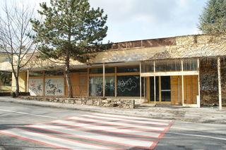 Zwei Jahrzehnte lang stand die ehemalige Meinl-Filiale leer. Nun wurde das Wrack abgerissen und Wohnungen entstehen.