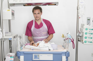 Primarius Roland Berger kümmert sich in der Neonatologie des St.-Josef-Krankenhauses um die Frühchen.