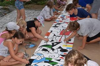 """An der Entstehung des """"wahrscheinlich längsten Kinder-Bildes des Burgenlandes"""" waren 33 Mädchen und Buben beteiligt."""