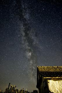 Unsere Milchstraße besteht aus einigen hundert Milliarden Sternen. Das Licht der Sterne, welches wir jetzt am Himmel sehen, ist schon viele tausend Jahre unterwegs. Wir betrachten die Vergangenheit unseres Universums. Als die Photonen ihren Heimatstern verließen, gab es auf der Erde wahrscheinlich noch keine moderne Zivilisation. Wer hätte damals gedacht, dass einmal ein Wesen namens Tomislav Josipovic diese Photonen auf der kleinen Erde mit einer Kamera einfängt und euch ein kleines Bild davon zeigt?