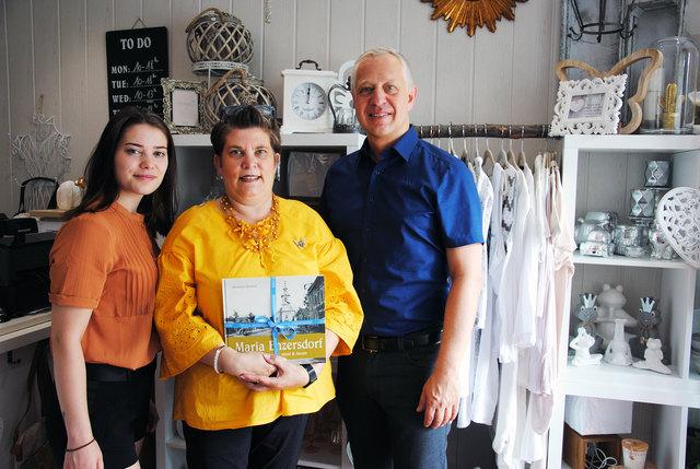 Vizebürgermeister Andreas Stöhr mit Kleiderstil-Besitzerin Claudia Bader und Tochter Cerstin.