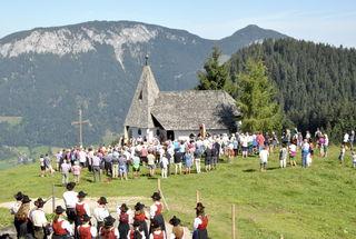 Die Wallfahrer vor der Kapelle des Käserei- und Molkereifachleuteverbandes.