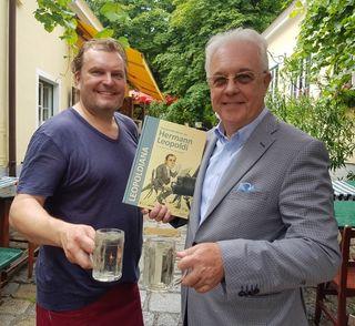 Der Bioheurigenwirt Siegfried W. Dörre (l.) lädt zum Hermann Leopoldi Geburtstagsfest live mit Ronald Leopoldi (Sohn, r.) und der Familie Leopoldi, Musikerfreunden und vielen Gästen.