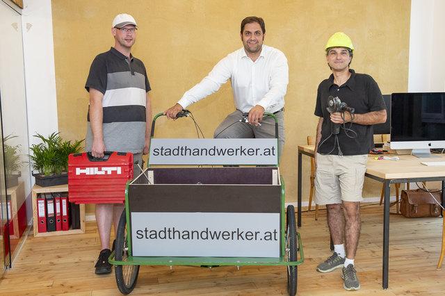 Innovativ: Der Stadt-Handwerker-Gründer Paul Feiertag (m.) mit seinen Mitarbeitern Paul Neumann (l.) und Michael Intzes.