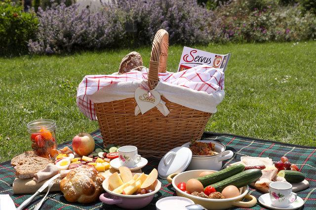 Köstlich: Im Picknickkorb warten regionale Schmankerl.