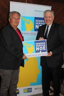 NÖGKK-Obmann Gerhard Hutter und NÖGUS-Vorsitzender Landesrat Martin Eichtinger begrüßen das Angebot des Demenz-Service NÖ.