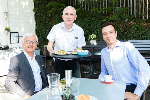 So kann der Tag der beginnen: Friedrich Möstl (l.) und WOCHE-Redakteur Christoph Hofer frühstückten im Café Promenade.