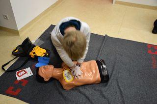 Interessierte können sich über den Defibrillator informieren.