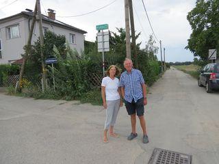 Leopoldine und Karl Hollensteiner wollen wenigstens das Radwegschild angebracht haben.