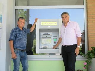Bgm. Josef Pfeiffer (li.) und HR DI Julius Ernst von der Raiffeisenbank präsentieren den neuen Bankomaten am Gemeindeamt Eltendorf.