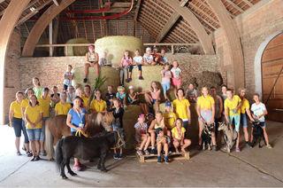 Kinder, Tiere und Helfer im Stadel des Bauernhofs bei Annemarie Heigl