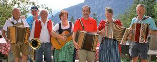 """Innviertler Musikanten geben am 25. August auf der Waidringer Steinplatte bei der """"Brennhütte"""" den Ton an."""